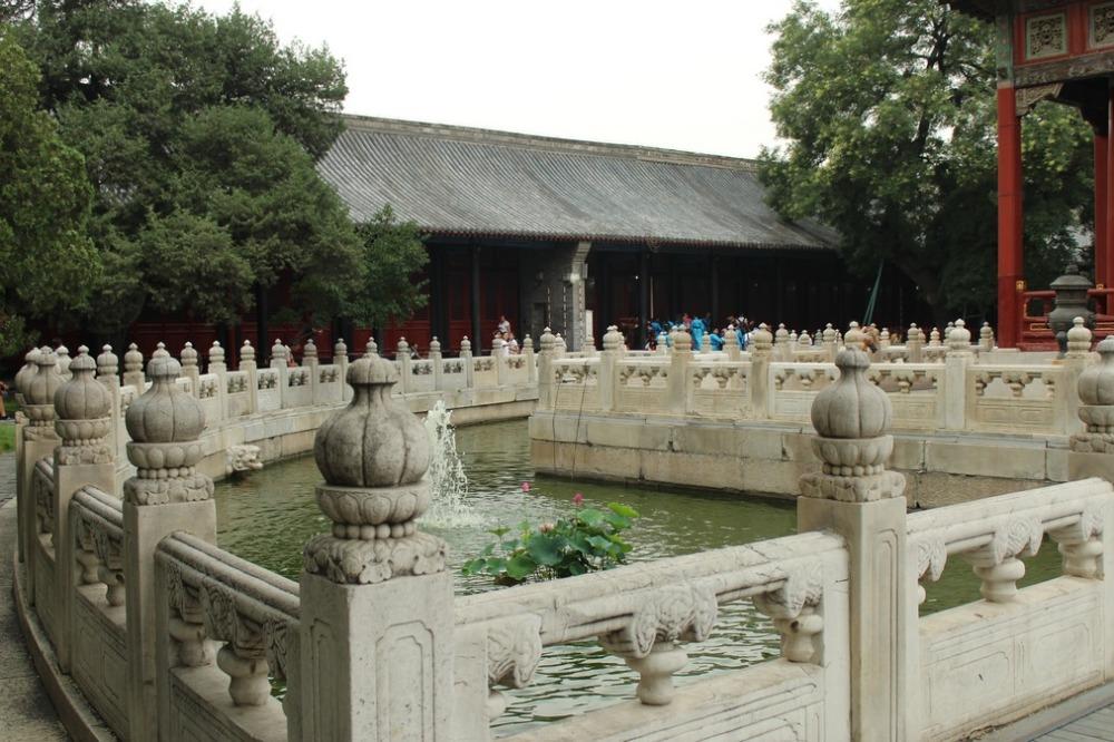 _lago rodeando palacio