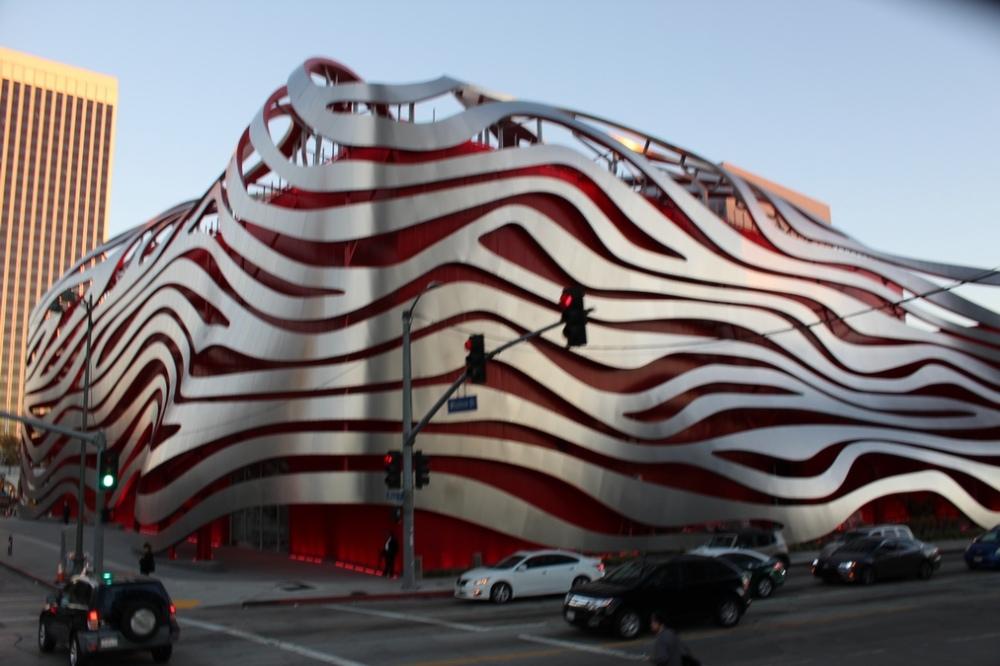 edificios_raros_Museo del Automovil Petersen - los angeles