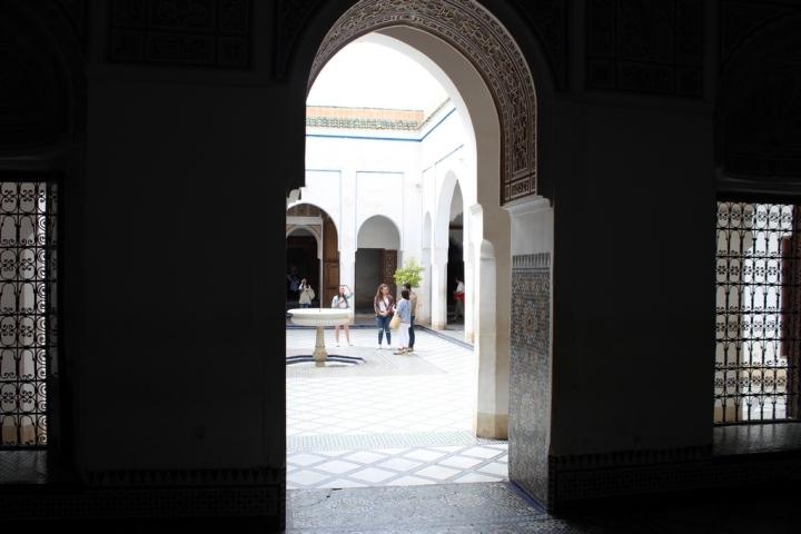 Patios del palacio con fuente en el centro