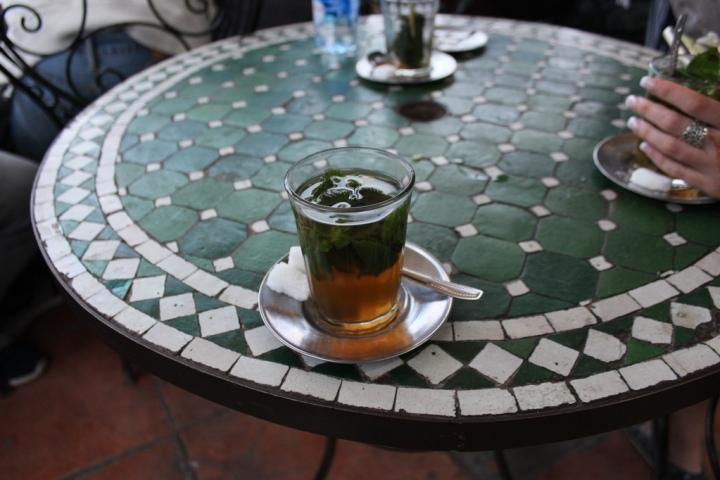 Té moruno en un café de la Plaza Jemaa El Fna